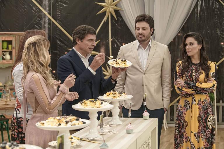 Danilo Gentili (de terno bege) participa do especial de Ano-Novo do Bake Off Brasil