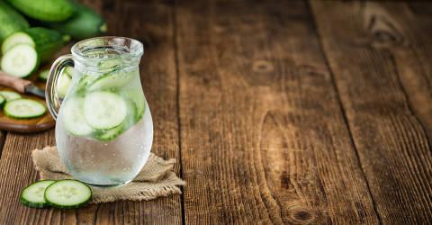 *** Hidratação Verão ***   Homemade Cucumber Water on vintage background selective focus; close-up shot. Credit HandmadePictures / Foolia