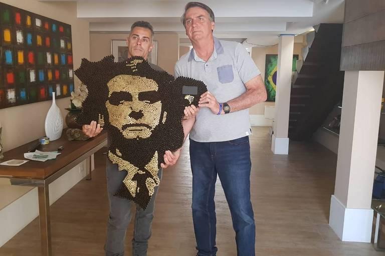 O artista plástico Rodrigo Gonçalves Camacho com a homenagem a Jair Bolsonaro, em encontro nesta sexta-feira (28)