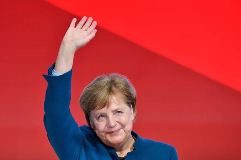 Depois de quase seis meses de negociação, a chanceler alemã Angela Merkel conseguiu formar uma coalizão para iniciar seu quarto mandato; pressionada pelo crescimento da direita radical, porém, ela anunciou que não disputará a próxima eleição e que se aposentará em 2021