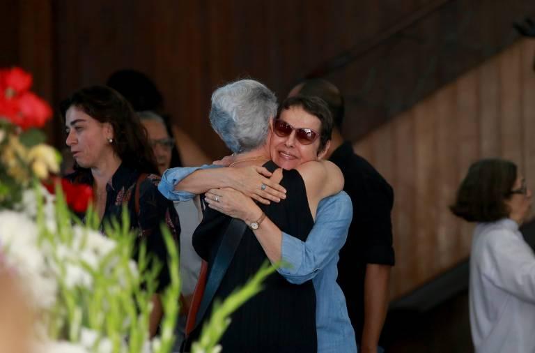 Amigos e familiares se despedem de Miúcha, enterrada sob aplausos