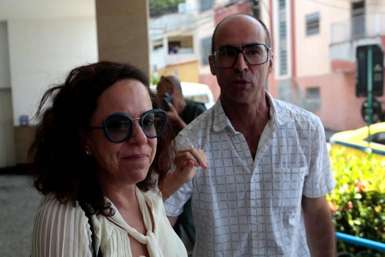 Bebel Gilberto, filha de Miúcha com João Gilberto, chega ao velório de sua mãe