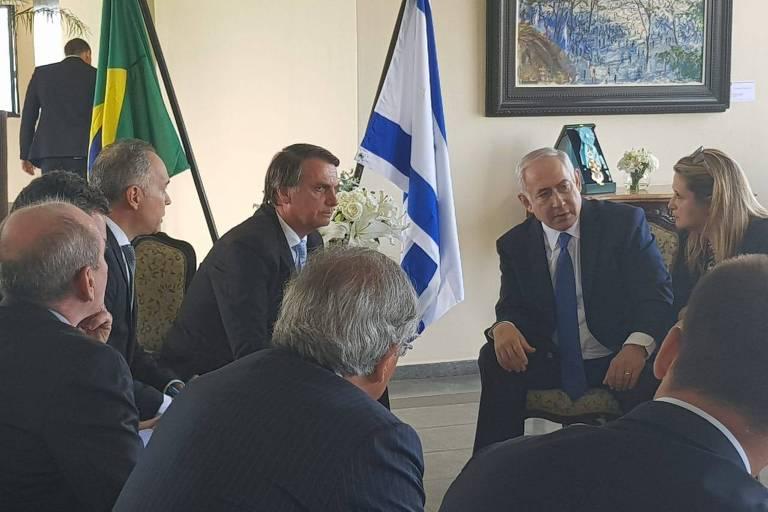 O presidente eleito, Jair Bolsonaro, e o premiê israelense, Binyamin Netanyahu, durante encontro no Rio de Janeiro nesta sexta (28)