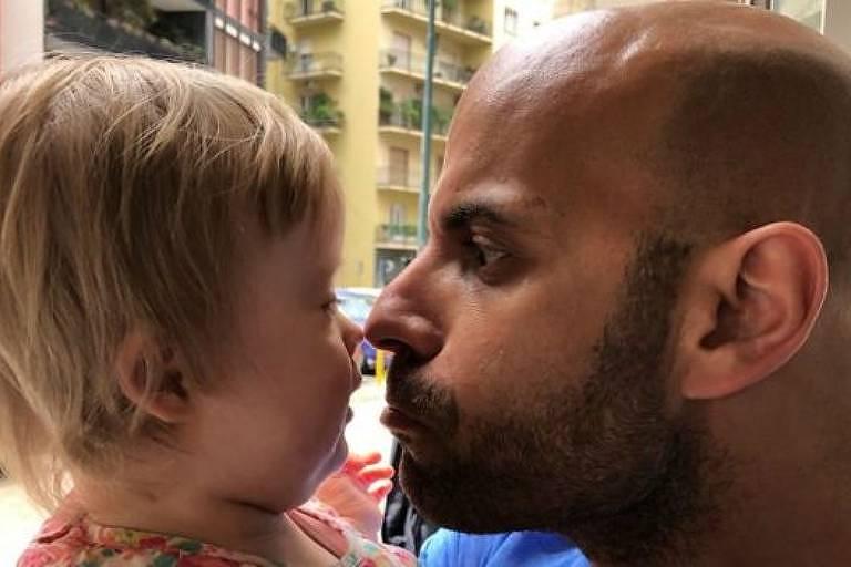 Luca conta que segurar Alba nos braços lhe enche de alegria e que foi assim que ele sentiu estar pronto para ser o pai dela