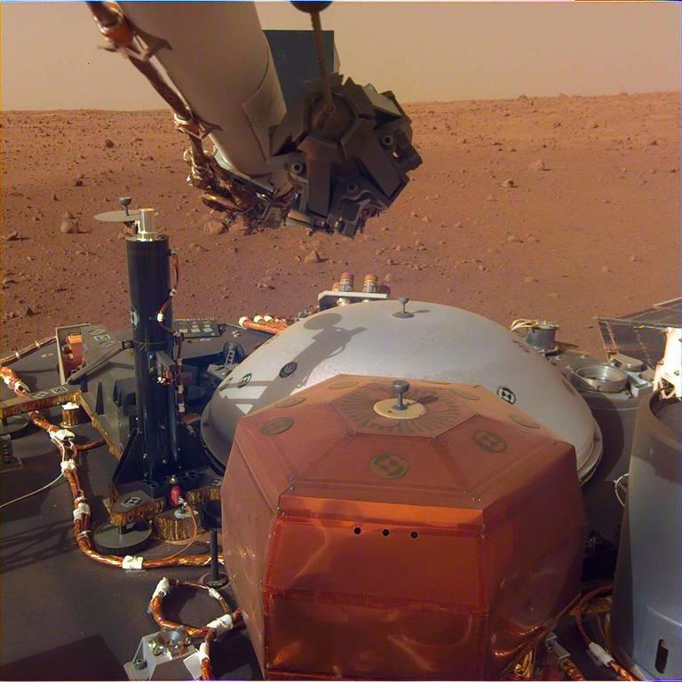Foto tirada com auxílio do braço robótico da InSight; sonda irá estudar interior do planeta vermelho