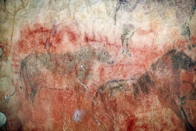 Pinturas de cavalos no Bustillo Tito Cave, na Espanha, que podem ter mais de 29 mil anos, tornando-as as mais antigas pinturas rupestres na Europa. A prática pode ter começado 10.000 anos antes do que se pensava, indicando que foram criadas por neandertais