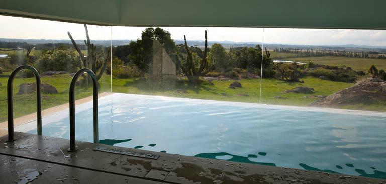 Piscina aquecida do spa Fasano, em Punta del Este