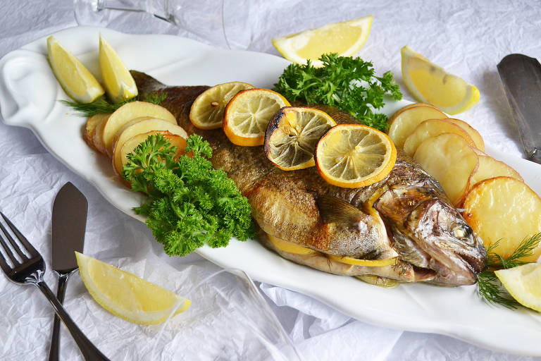 Truta assada com endro e com limão-siciliano servida com batatas