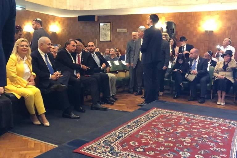Netanyahu e Bolsonaro aguardam início de evento na sinagoga Beit Yaakov, no Rio