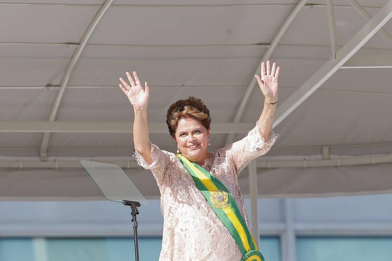 A presidente Dilma Rousseff acena para o público durante a cerimônia de posse, no Palácio do Planalto, em Brasília
