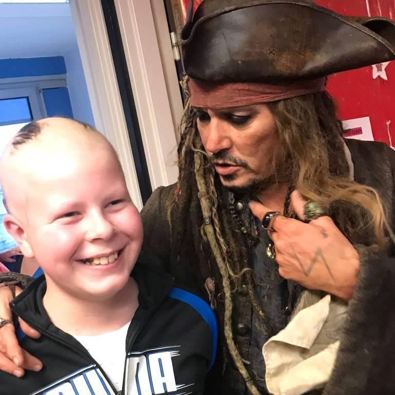 Johnny Depp visita crianças com câncer vestido como Jack Sparrow