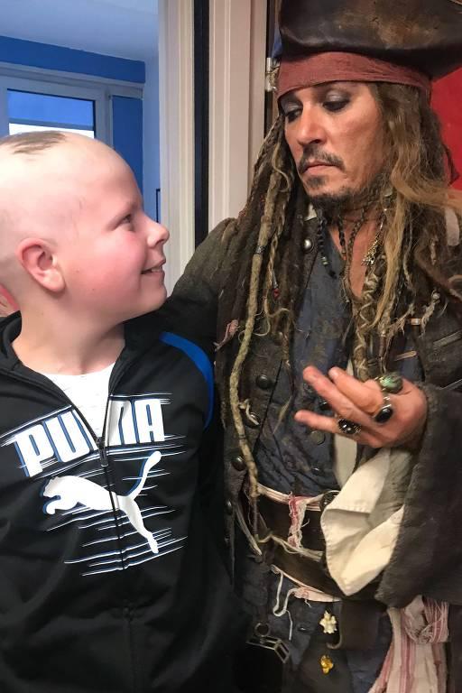 Johnny Depp se fantasia de Jack Sparrow e visita crianças com câncer em Paris