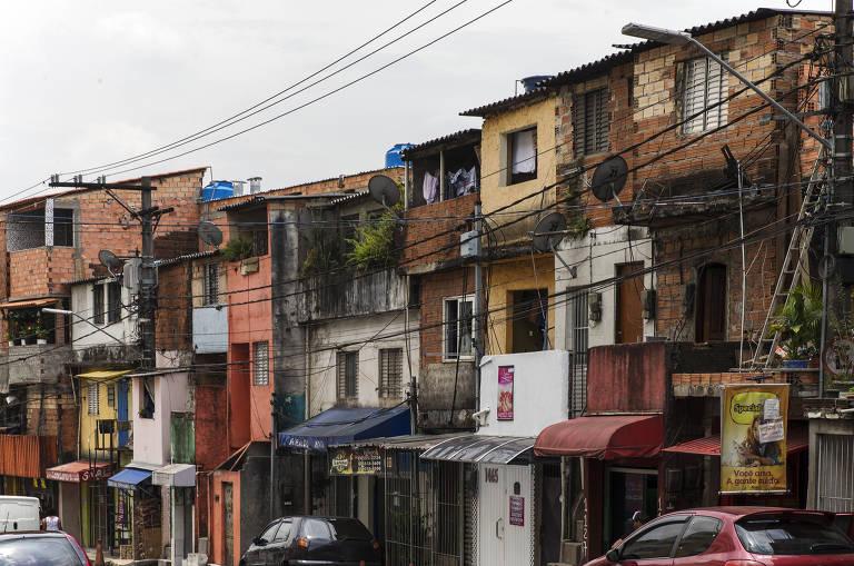 Construções ao longo da rua Comandante Taylor, em Heliópolis