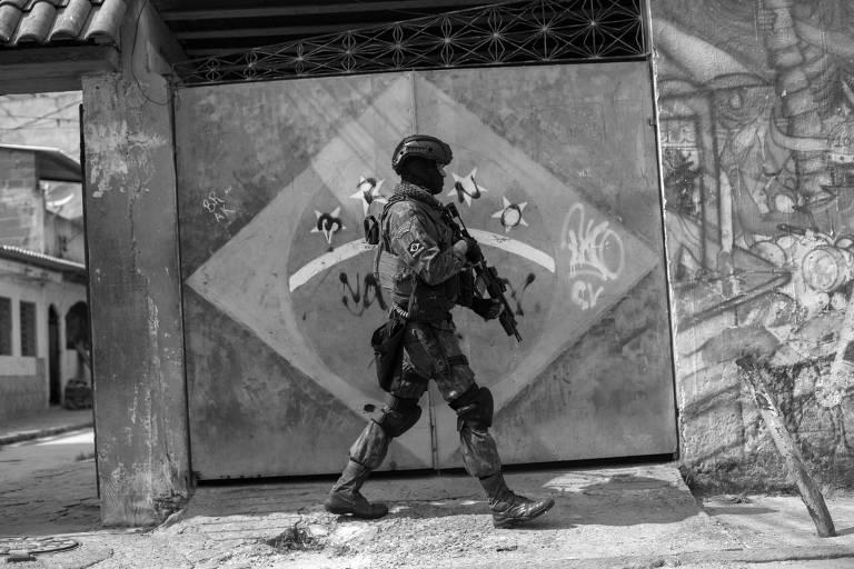 Militar participa de operação na Vila Kennedy, no Rio