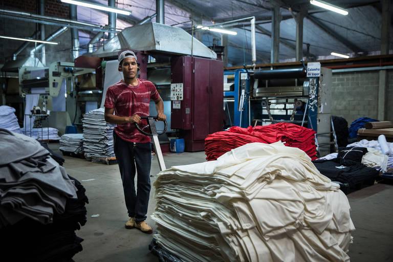 Brayan José, 23, trabalha em uma fábrica de tingimento em Goioerê, no interior do Paraná