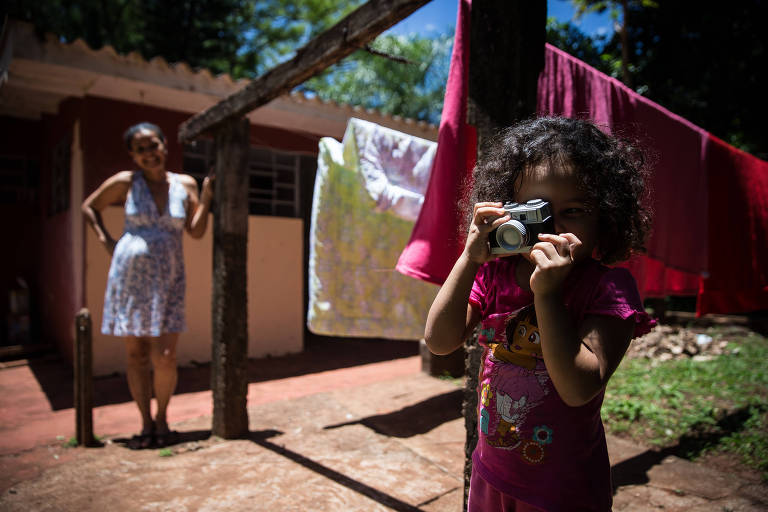 A venezuelana Vilse Vergara, 37, grávida de quatro meses, e a filha, Verônica, 4, no sítio da ONG Aldeias Infantis em Goioerê