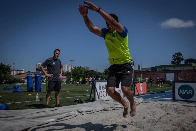 Eder Antônio Souza, atleta dos 110 metros com barreiras, treina nas instalações do NAR