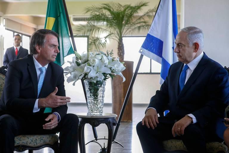 O presidente eleito Jair Bolsonaro conversa com Binyamin Netanyahu, premiê de Israel, no Rio de Janeiro