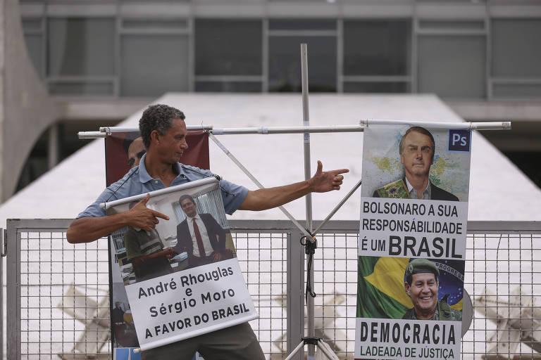 Preparativos para a posse do presidente eleito, Jair Bolsonaro, na Praça dos Três Poderes. O manifestante Andre Rhouglas posa para fotos com cartazes.
