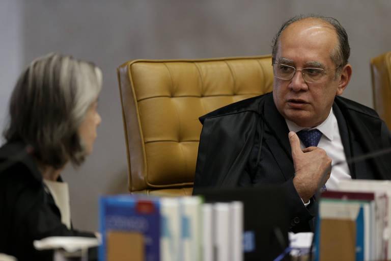 O ministro Gilmar Mendes durante conversa com a ministra Cármen Lúcia durante sessão no STF