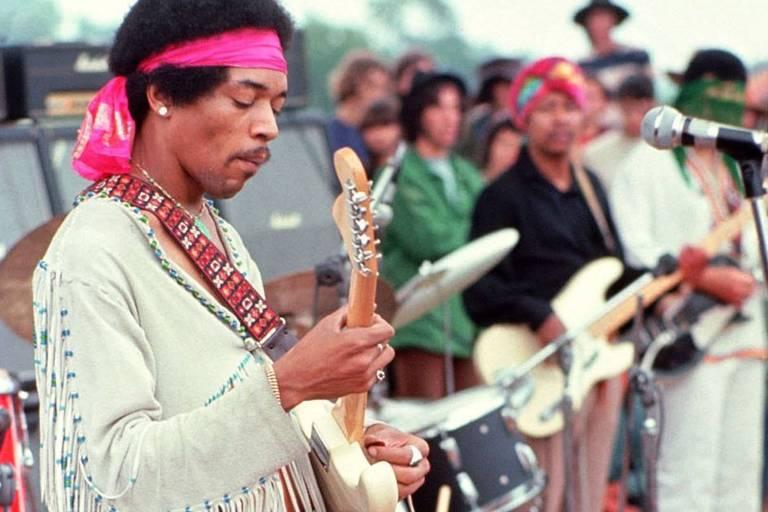 Jimi Hendrix se apresenta no Festival de Woodstock, em Bethel (EUA)