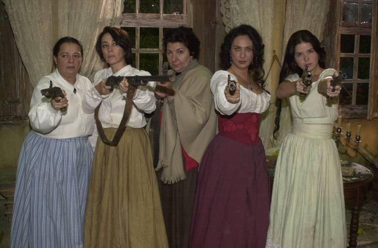 """Ana Joaquina (Bete Mendes), Maria (Nívea Maria), Antonia (Jandira Martini), Caetana (Eliane Giardini) e Mariana (Samara Felippo) posam com as Armas. Minissérie """"A Casa das Sete Mulheres"""""""