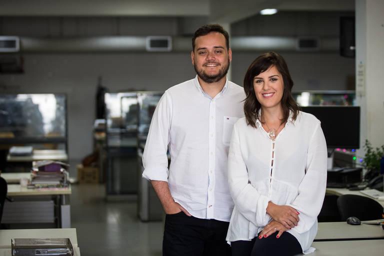 Apresentadores do novo podcast diário da Folha e do Spotify, os jornalistas Rodrigo Vizeu e Magê Flores