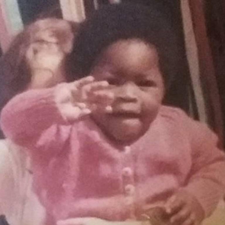 Gina Atinuke tinha 11 meses quando sua mãe biológica colocou um anúncio no jornal procurando uma 'babá' branca