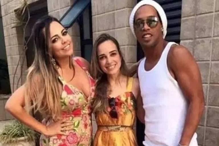 Ronaldinho Gaúcho posa com Priscila e Beatriz