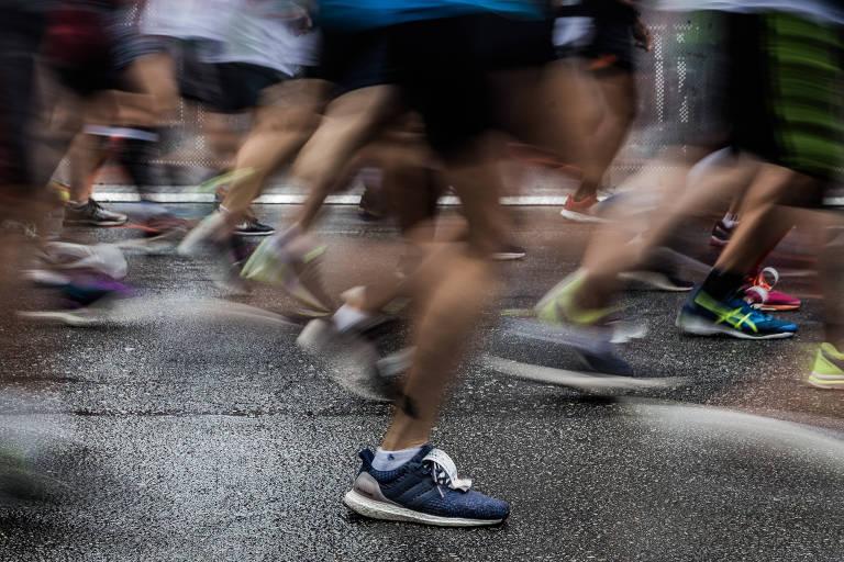 Foto de longa exposição com pernas de pessoas correndo