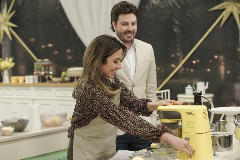 Patricia Abravanel prepara seu bolo, e Danilo Gentili observa