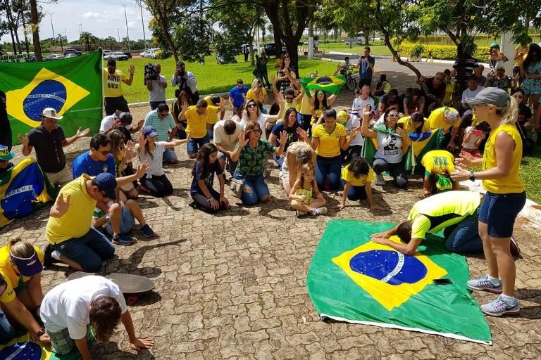 Evangélicos do grupo Núcleo da Fé se reúnem na frente da Granja do Torto