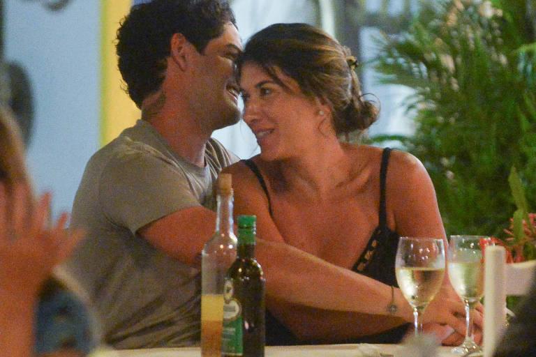 Alexandre Pato e Rebeca Abravanel em clima de romance em Trancoso