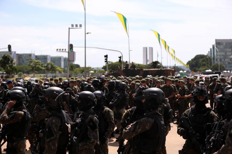 Preparativos pra posse de Jair Bolsonaro, na Esplanada dos Ministérios. Tropas de militares e blindados da Marinha tomaram posição para o ensaio da posse