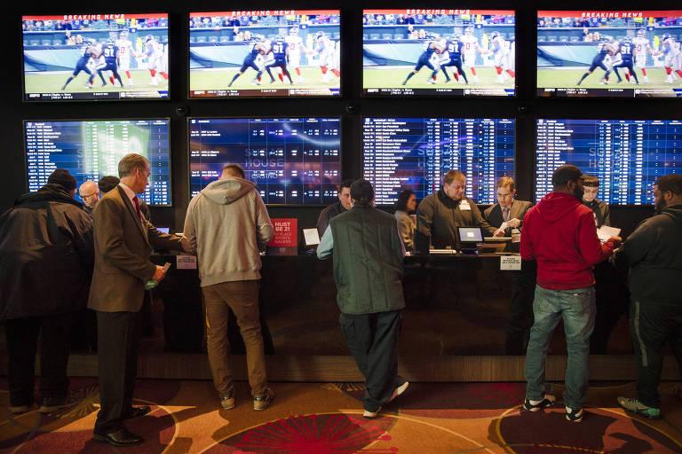 Apostadores em casa de apostas esportivas na Filadélfia, Estados Unidos