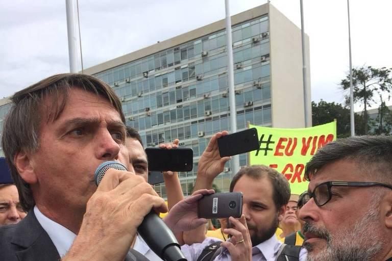 Bolsonaro com Alexandre Frota durante protesto em Brasília, em abril