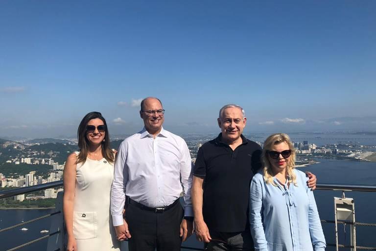 O governador eleito do Rio, Wilson José Witzel e o premiê israelense, Binyamin Netanyahu, acompanhados das esposas, tiram foto no Pão de Açúcar