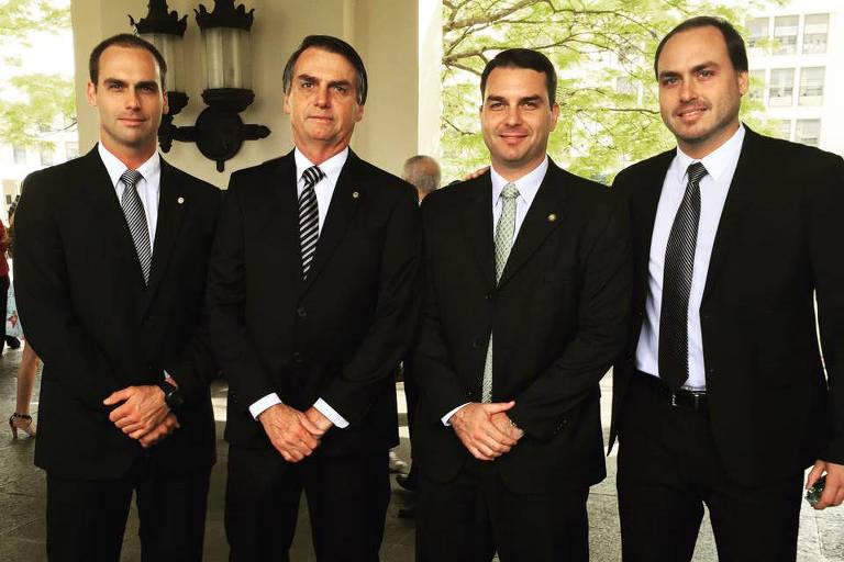 Da esquerda para a direita, os quatro em fila usando terno preto