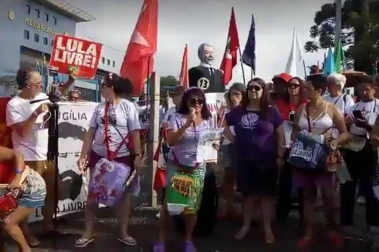 Manifestantes organizam ato de Ano Novo em apoio ao ex-presidente Lula, em frente à sede da Polícia Federal em Curitiba, onde ele está detido