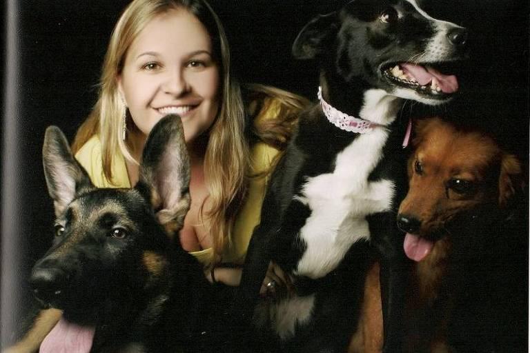 A veterinária Vanessa Carlini com os cães
