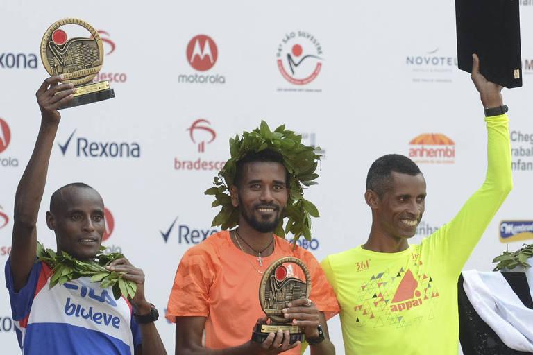 Primeiro da dir. para a esq., Giovani dos Santos comemora o oitavo lugar na 94ª São Silvestre
