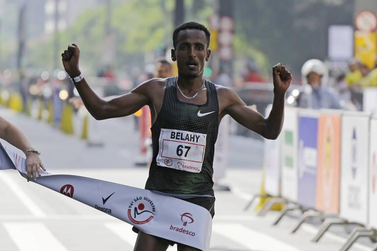 O etíope Belay Bezabh ultrapassa a linha de chegada e garante o título da São Silvestre de 2018