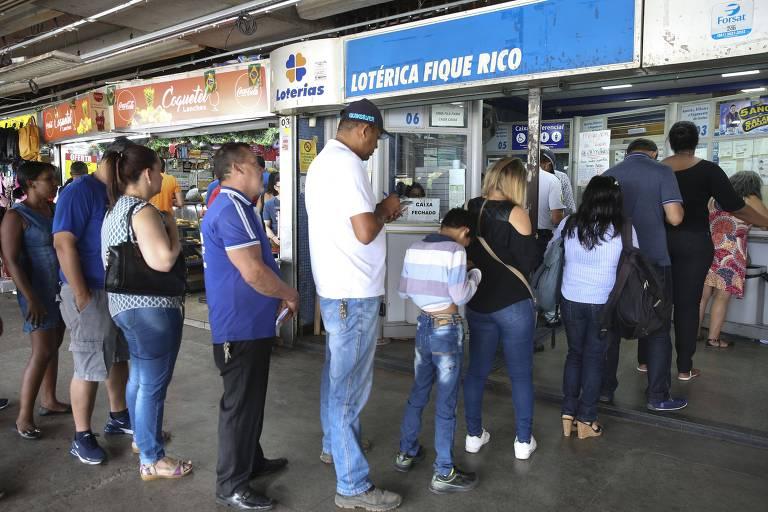 Apostadores fazem fila para testar a sorte na Mega da Virada em Brasília nesta segunda-feira (31)