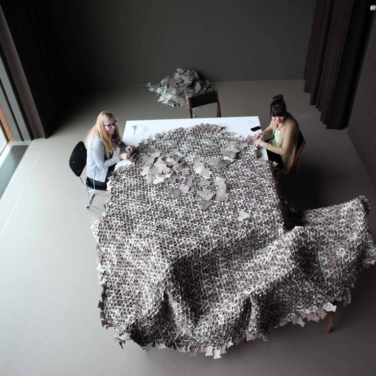 retalhos de couro no formato projetado pelo atelier-öi para potencializar o aproveitamento
