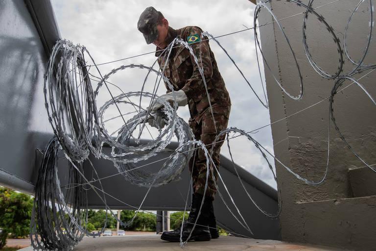 Militares do Exército fecham escada que dá acesso à Esplanada dos Ministérios, em Brasília