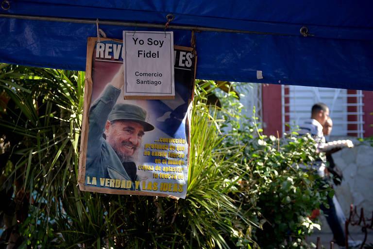 Pôster de Fidel Castro em rua de Santiago de Cuba, na véspera do aniversário de 60 anos da Revolução Cubana