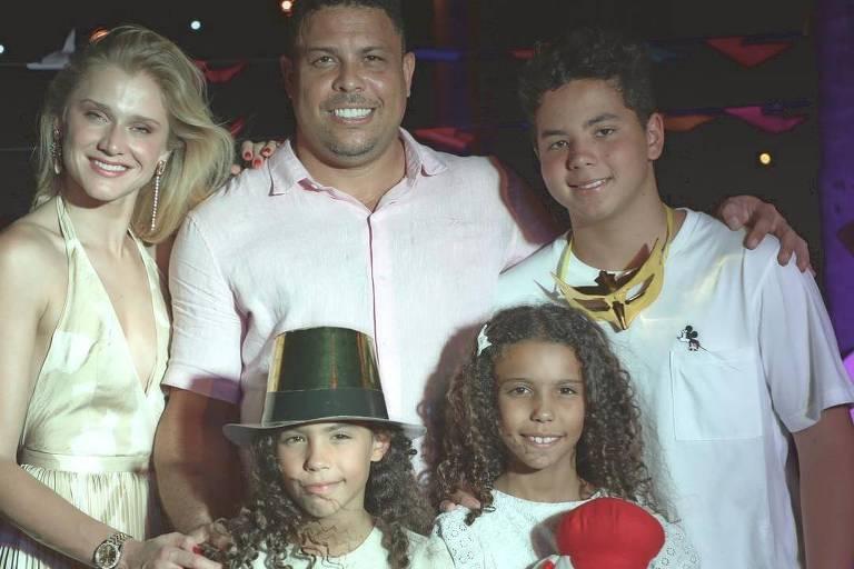 Ronaldo passa o Réveillon na Tailândia ao lado dos filhos e da namorada, Celina Locks