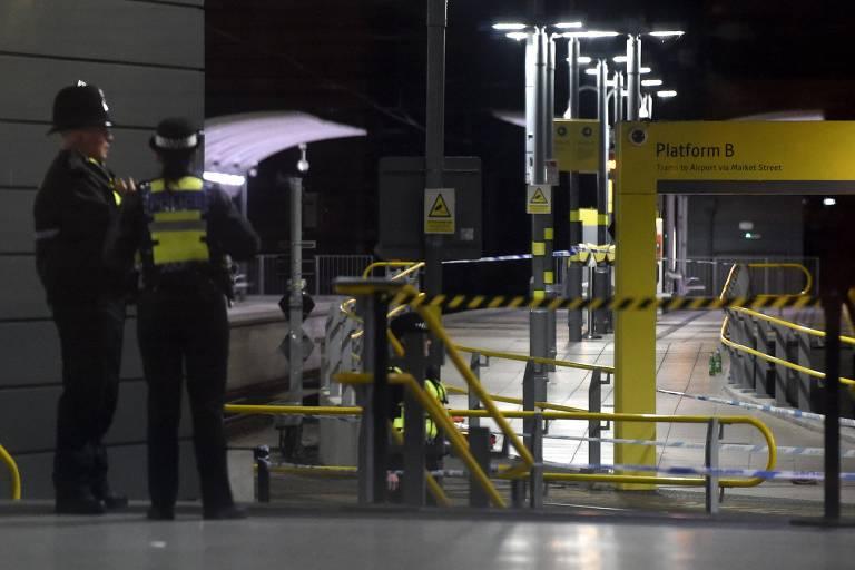 Polícias investigam ataque a facas na estação Victoria em Manchester, na Inglaterra