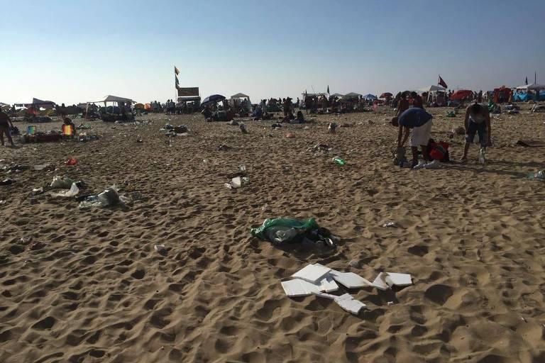 Lixo ainda cobre a praia de Copacabana na primeira manhã de 2019