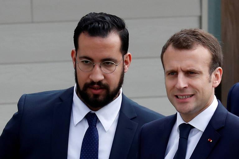 Vestidos de terno e gravata, o presidente francês Emmanuel Macron (à direita) e seu ex-segurança, Alexandre Benalla